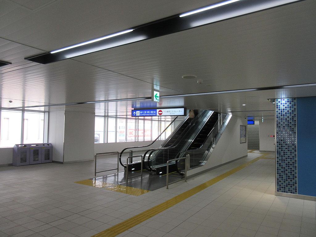阪神青木駅の改札の中。
