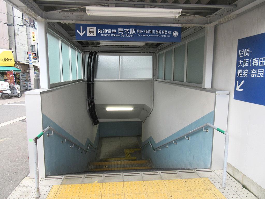 地下へ潜る階段。