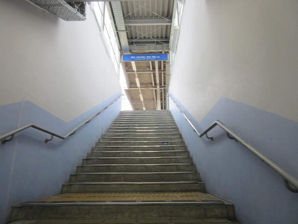 上り線のプラットホームへの階段。